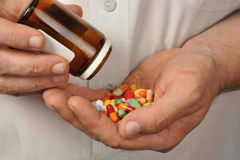 Hombre con las píldoras imágenes de archivo libres de regalías
