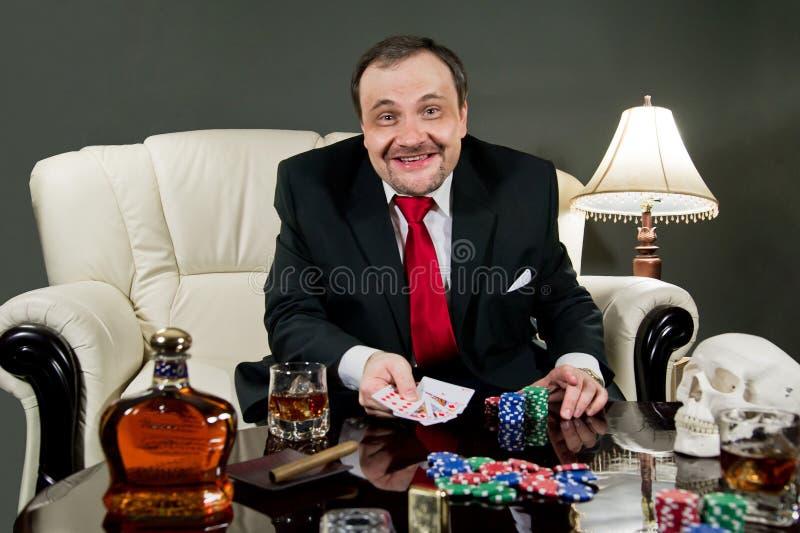 Hombre con las tarjetas foto de archivo