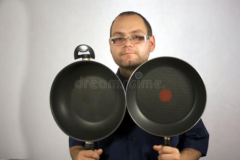 Hombre con los accesorios de la cocina imagen de archivo libre de regalías