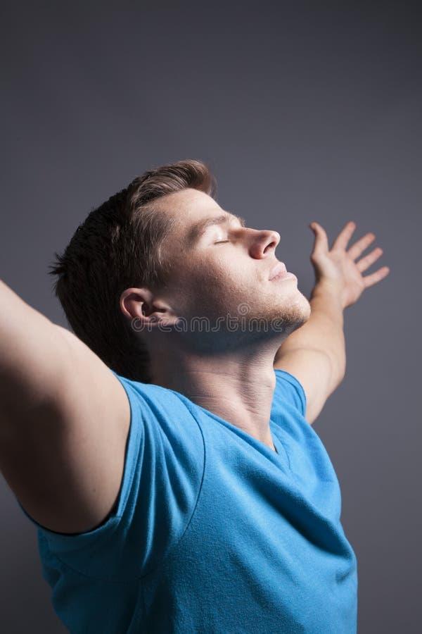 Hombre con los brazos de Outstretech foto de archivo libre de regalías