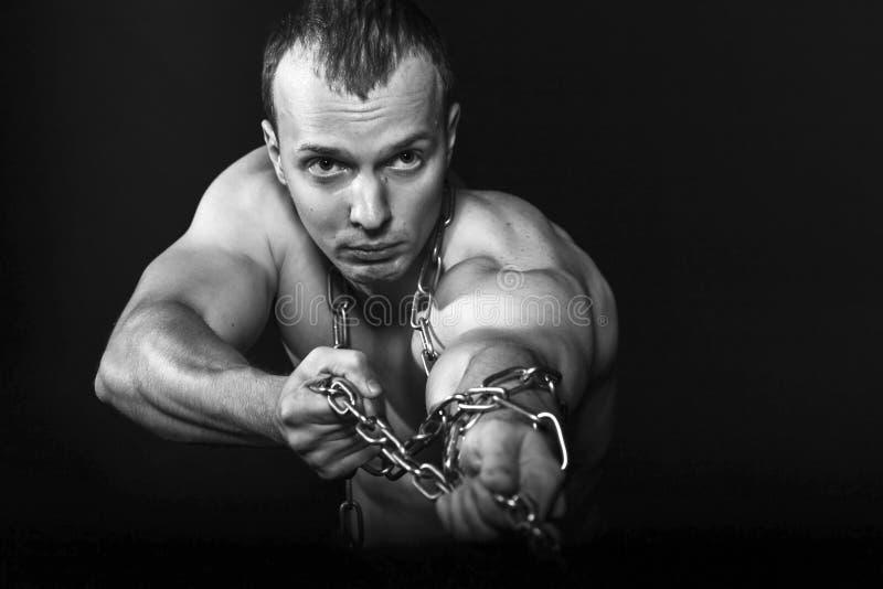 Hombre Con Los Brazos Musculares Fuertes Que Tiran De La Cadena ...