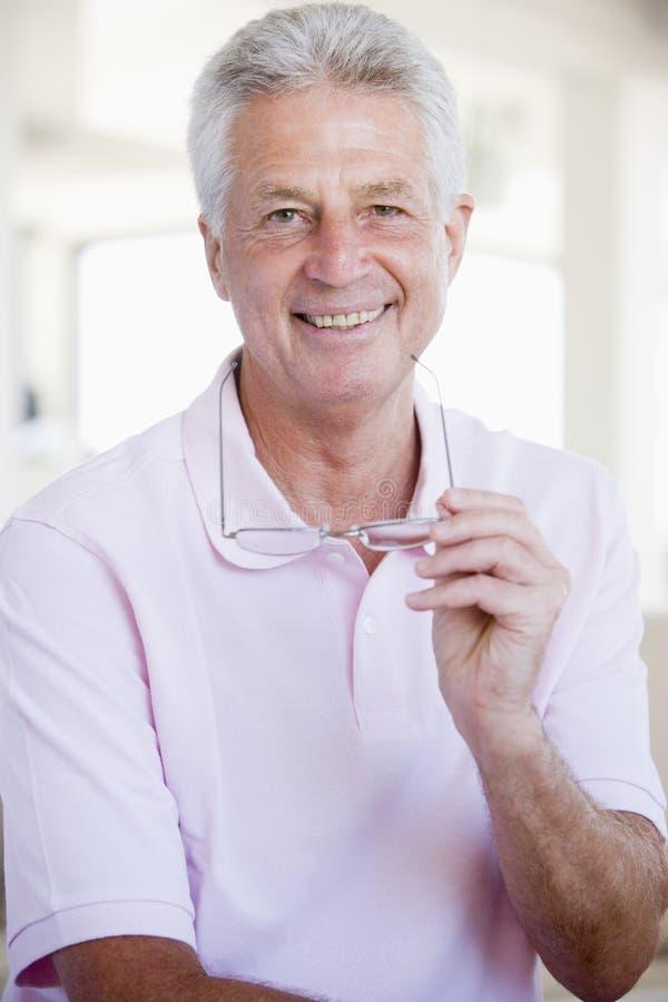 Hombre con los nuevos vidrios imagen de archivo