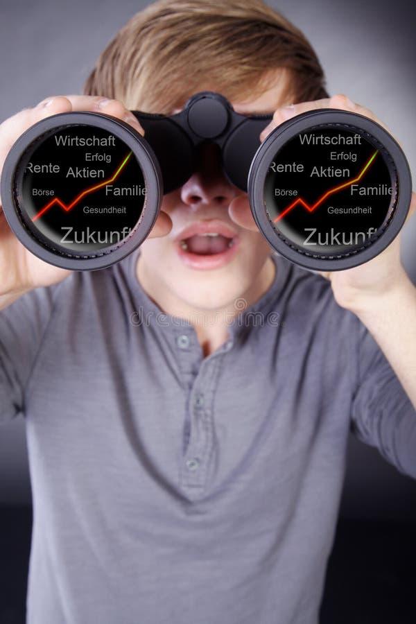 Hombre con los prismáticos fotografía de archivo libre de regalías