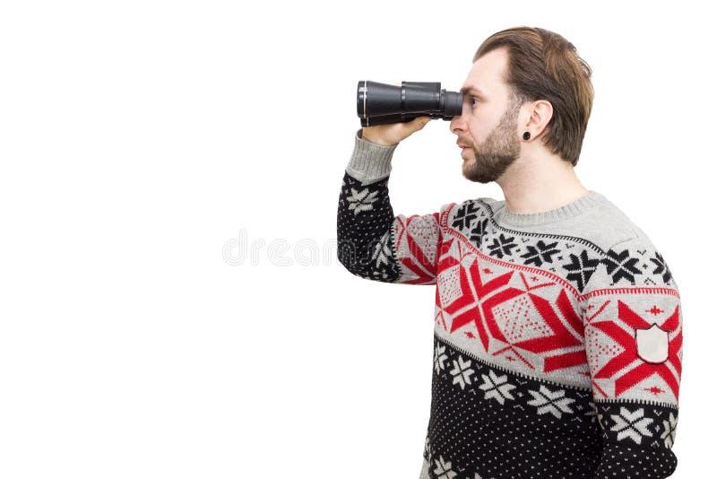 Hombre con los prismáticos en un fondo blanco imagen de archivo