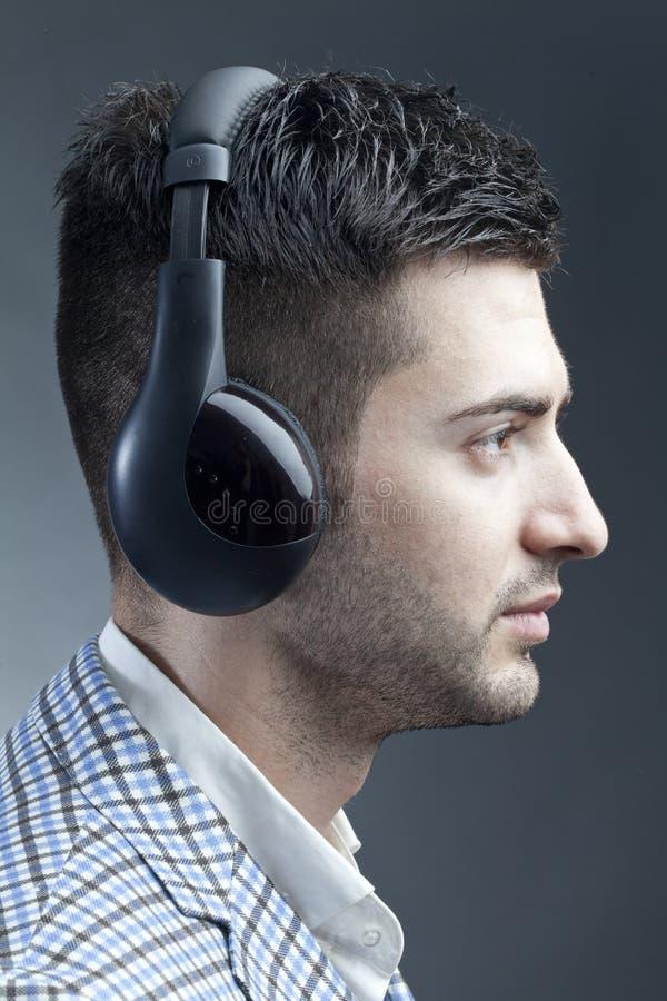 Hombre con los receptores de cabeza imagen de archivo