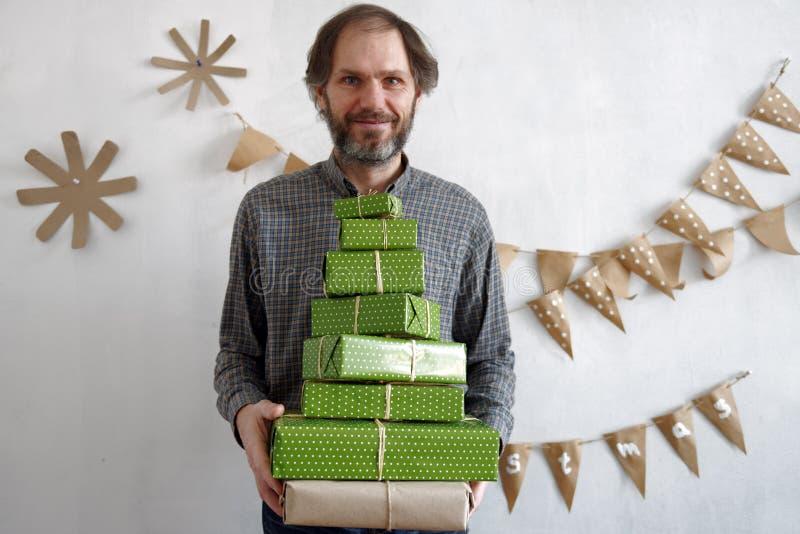 Hombre con los regalos de la Navidad imagen de archivo libre de regalías