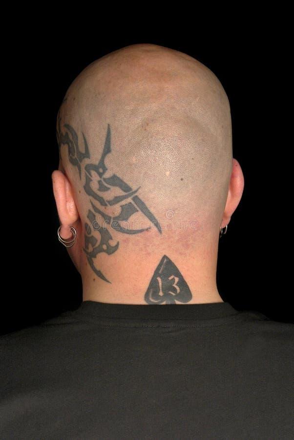 Hombre con los tatuajes imagenes de archivo