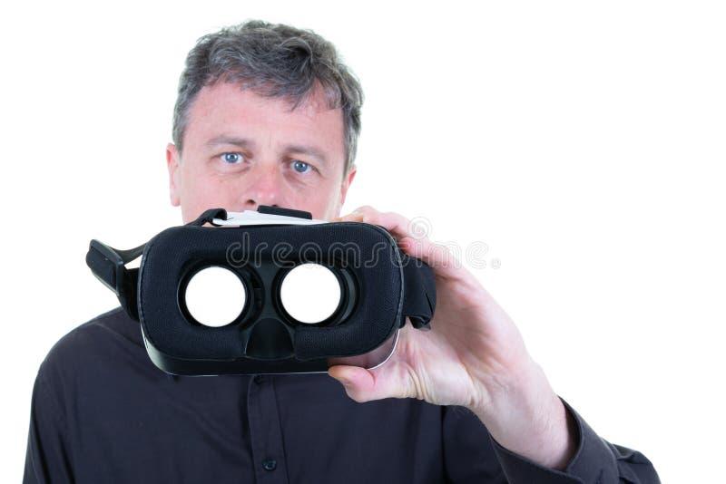 Hombre con los vidrios de la realidad virtual 3D en manos en el fondo blanco imagen de archivo libre de regalías