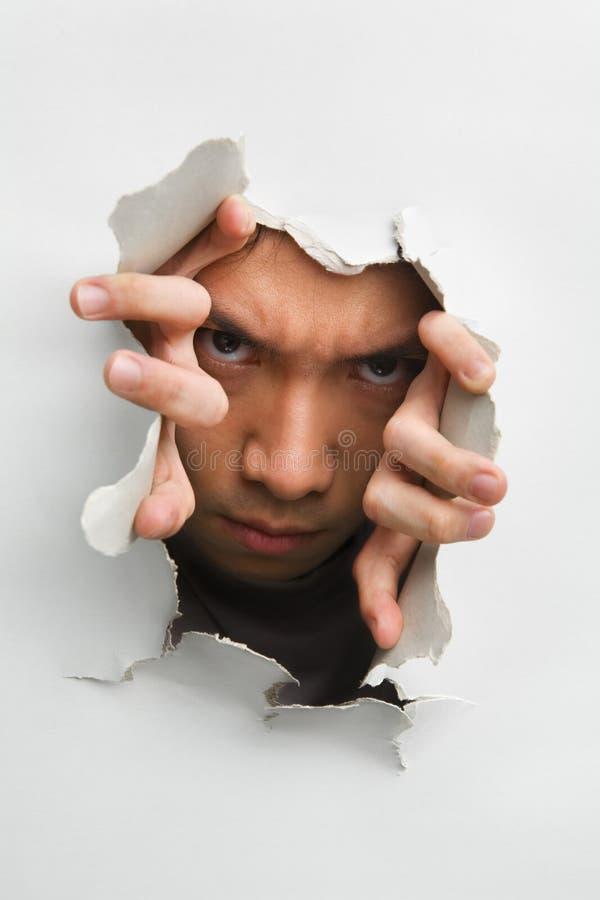Hombre con mirada asustadiza de la pared agrietada fotos de archivo