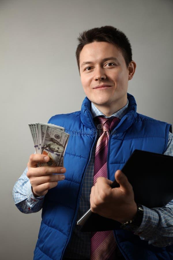 Hombre con portapapeles en el lugar de construcción, inspector Retención de dinero fotos de archivo