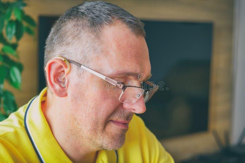 Hombre con problemas de audición en casa foto de archivo libre de regalías