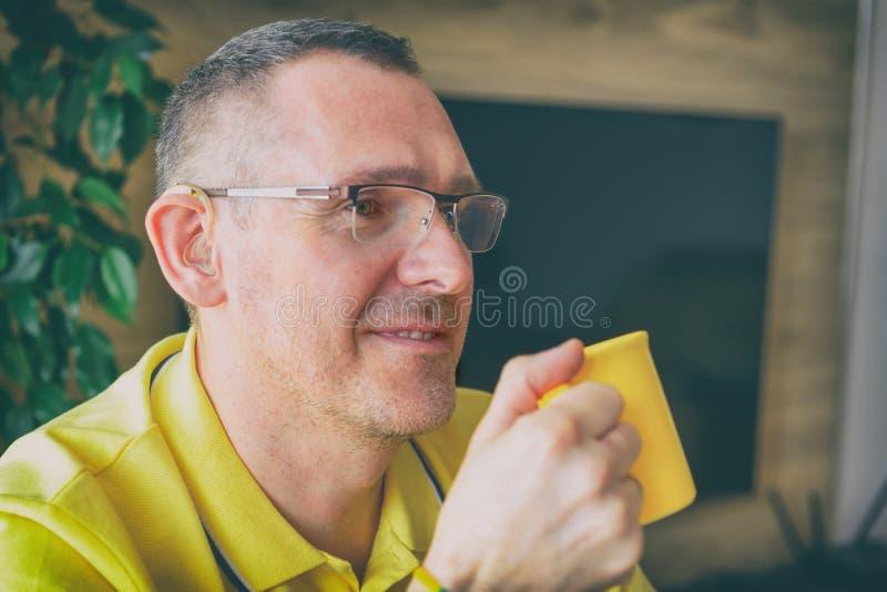 Hombre con problemas de audición en casa fotos de archivo libres de regalías