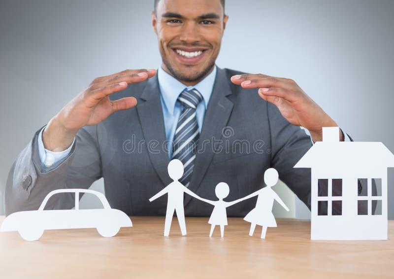 Hombre con salidas del corte del coche y de la familia caseros del seguro stock de ilustración