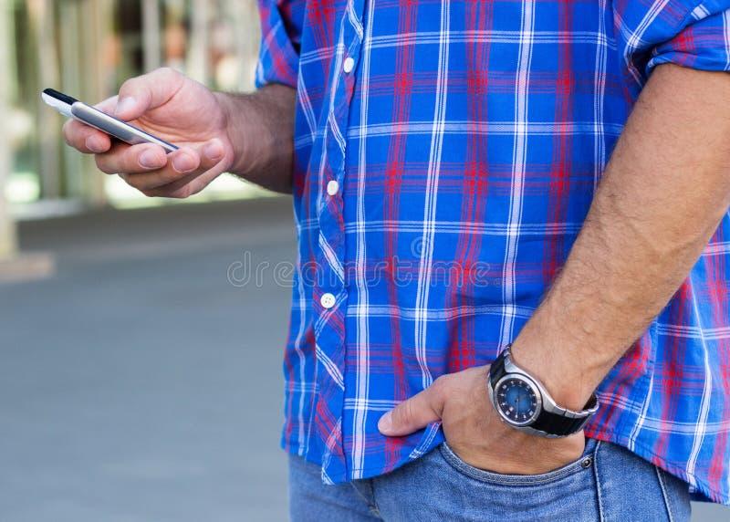 Hombre con smartphone fotografía de archivo