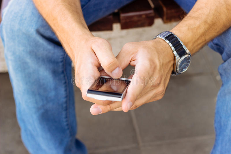 Hombre con smartphone imagen de archivo