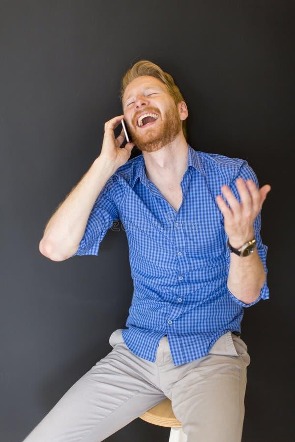 Hombre con smartphone foto de archivo libre de regalías