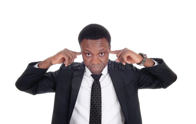 Hombre con sus fingeres en su oído fotos de archivo libres de regalías