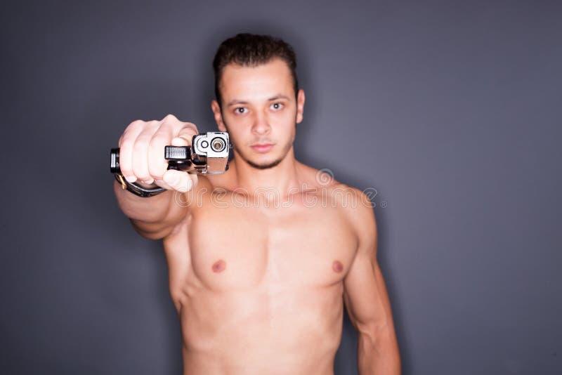 Hombre con un arma foto de archivo
