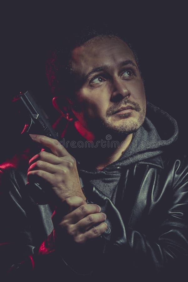 Download Hombre Con Un Arma Y Vestido En Cuero Negro Foto de archivo - Imagen de handgun, aislado: 44853222