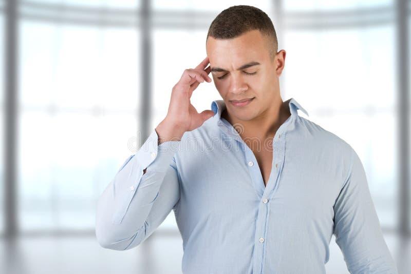 Hombre con un dolor de cabeza imagen de archivo libre de regalías
