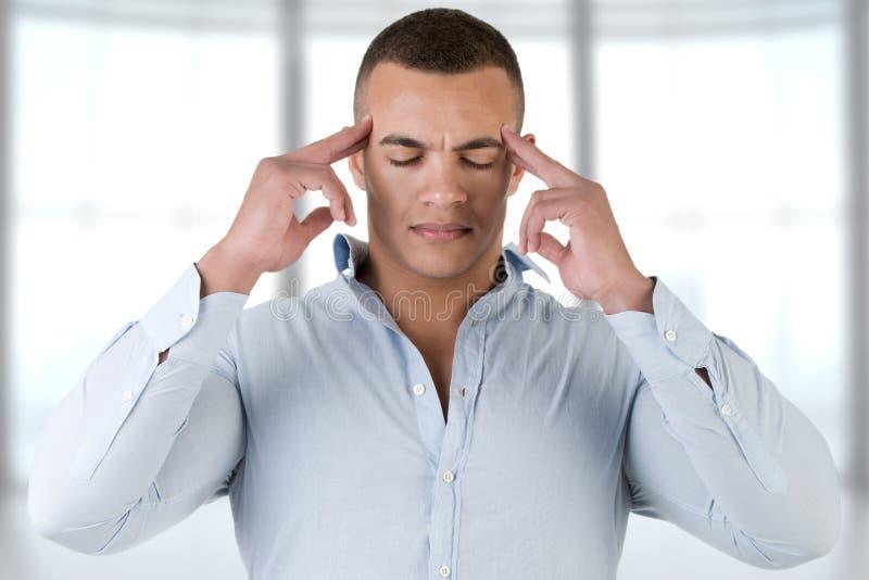 Hombre con un dolor de cabeza fotos de archivo libres de regalías