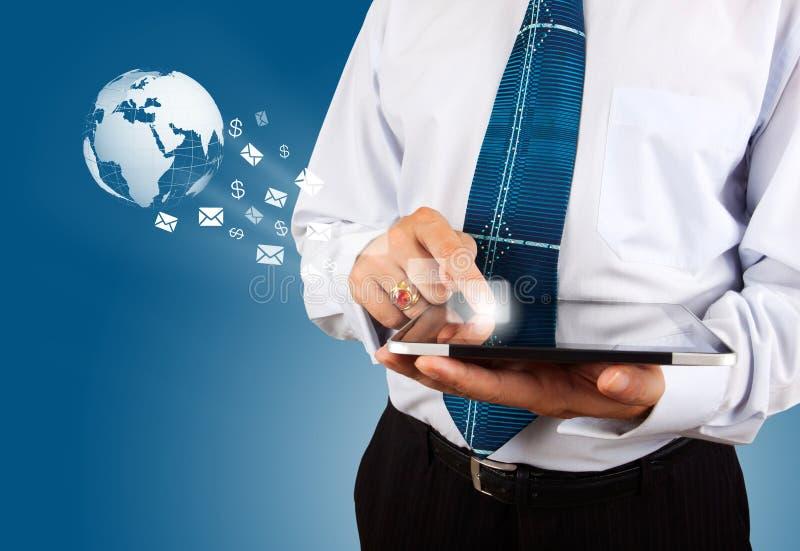 Hombre con un fondo global de la tecnología imagen de archivo libre de regalías