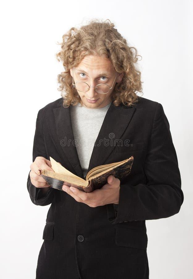 Hombre con un libro foto de archivo
