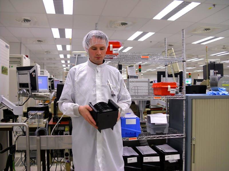 Hombre con un portador de las obleas del silicón foto de archivo libre de regalías