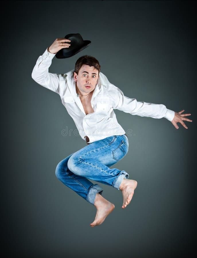 Hombre con un sombrero en un salto fotos de archivo libres de regalías