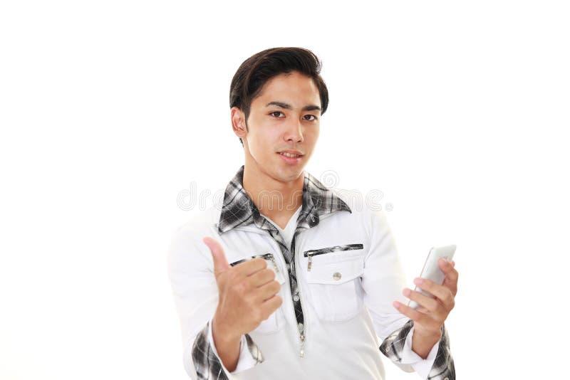 Hombre con un teléfono elegante fotos de archivo libres de regalías