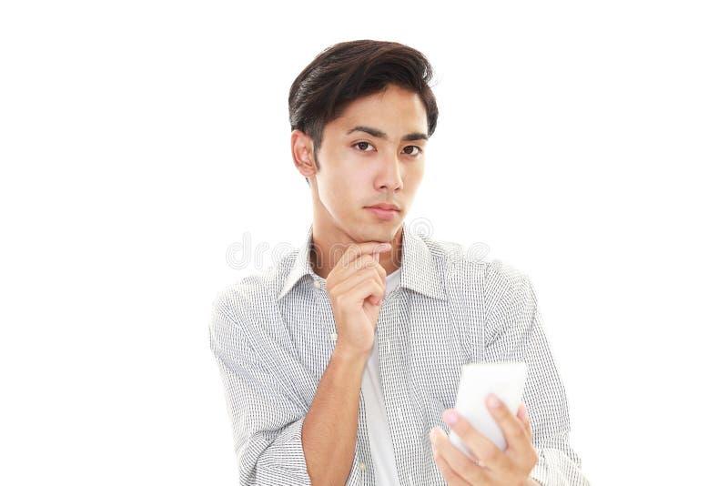 Hombre con un teléfono elegante imágenes de archivo libres de regalías