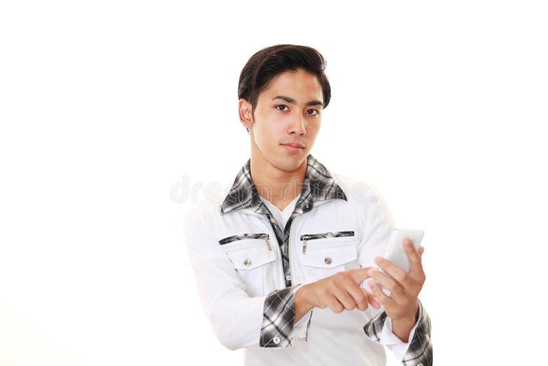 Hombre con un teléfono elegante imagenes de archivo