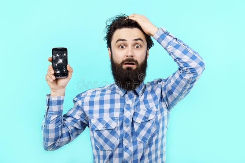 Hombre con un teléfono quebrado imágenes de archivo libres de regalías