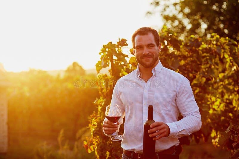Hombre con un vidrio de vino rojo fotografía de archivo