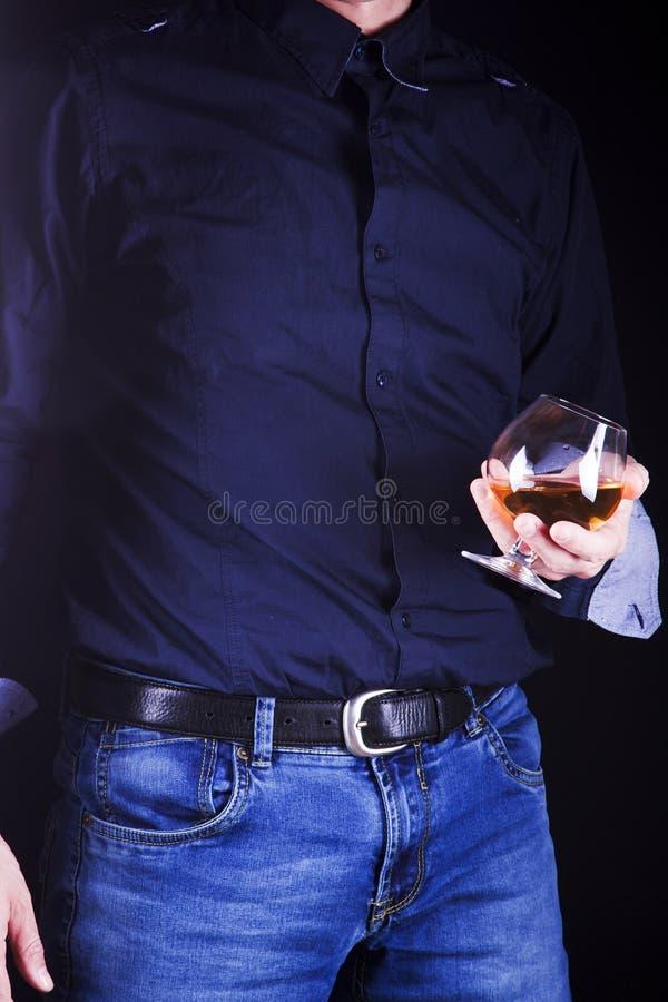 Hombre con un vidrio de whisky foto de archivo libre de regalías