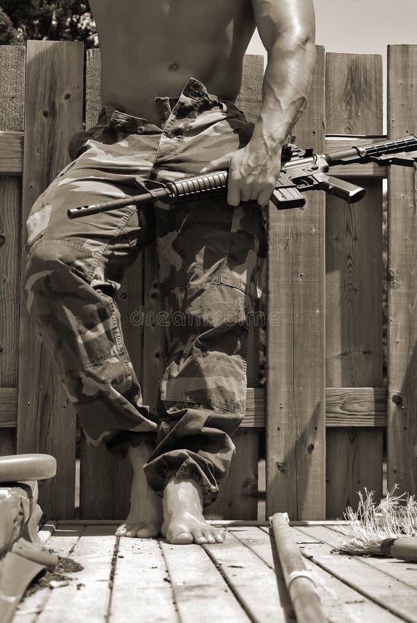 Hombre con una ametralladora fotografía de archivo