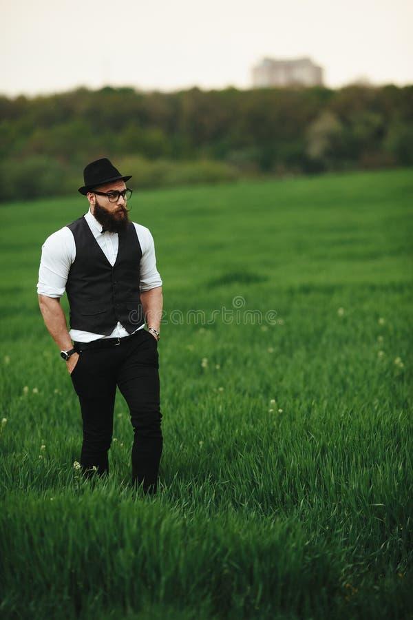 Hombre con una barba, pensando en el campo imágenes de archivo libres de regalías