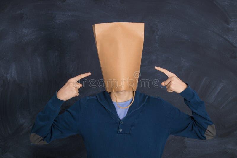 Hombre con una bolsa de cartón apuntando imagen de archivo libre de regalías