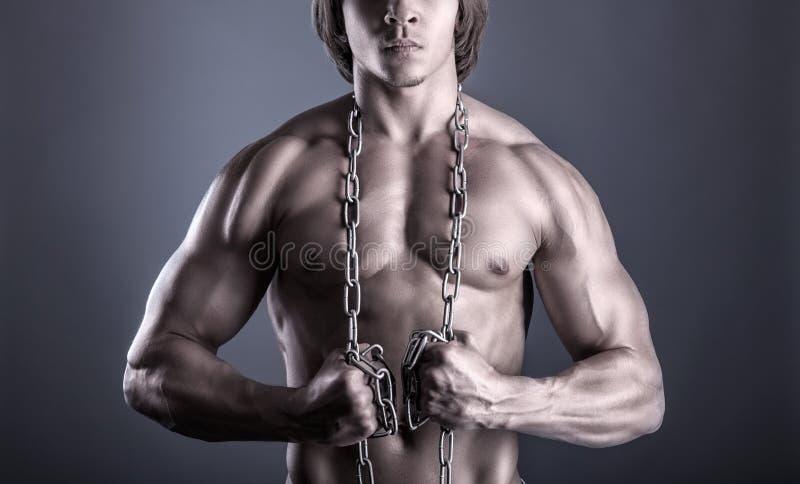 Hombre con una cadena foto de archivo