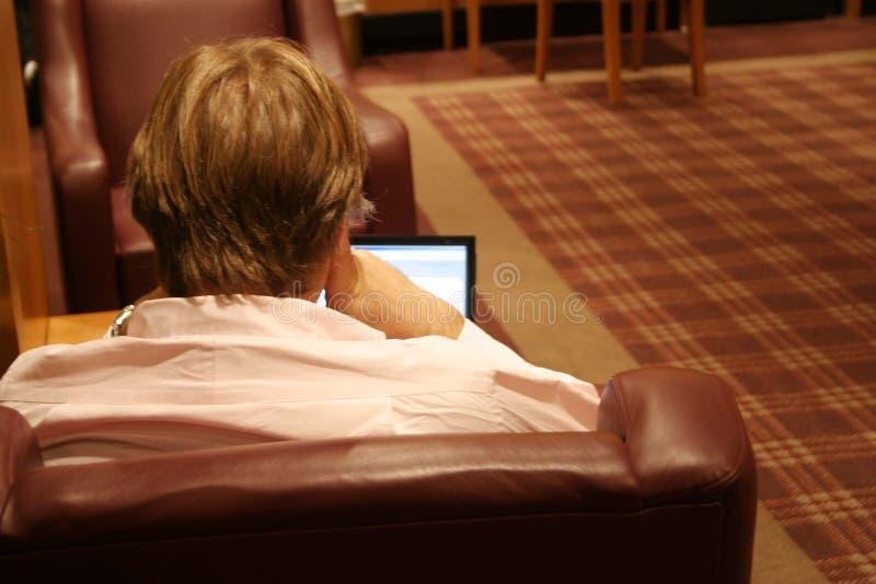 Hombre con una computadora portátil imagenes de archivo