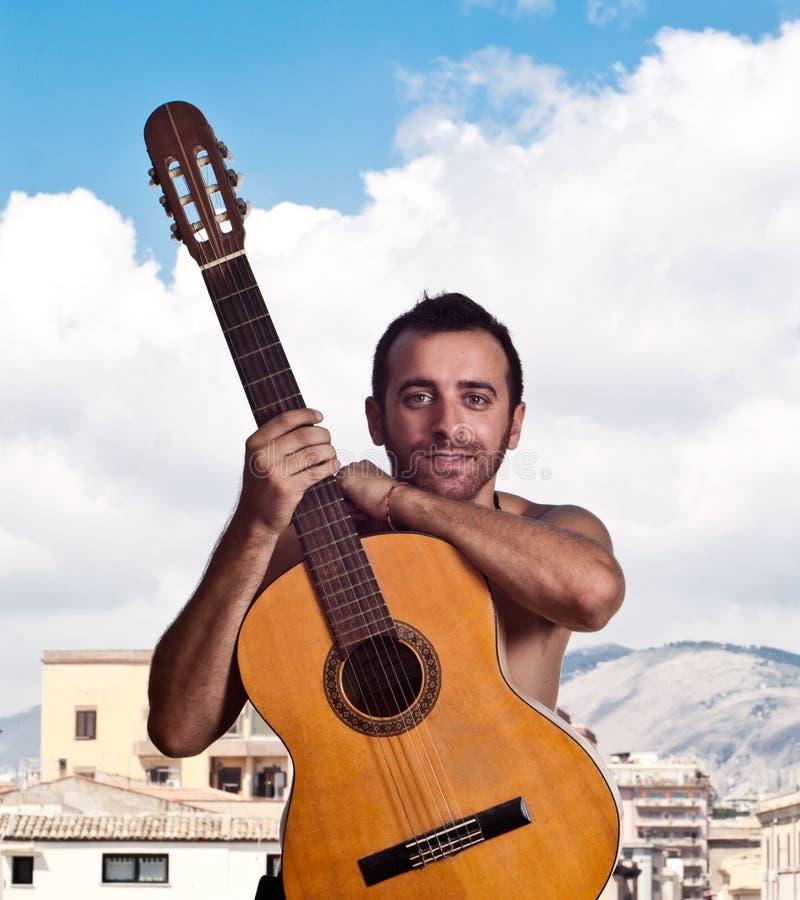 Hombre con una guitarra fotos de archivo libres de regalías