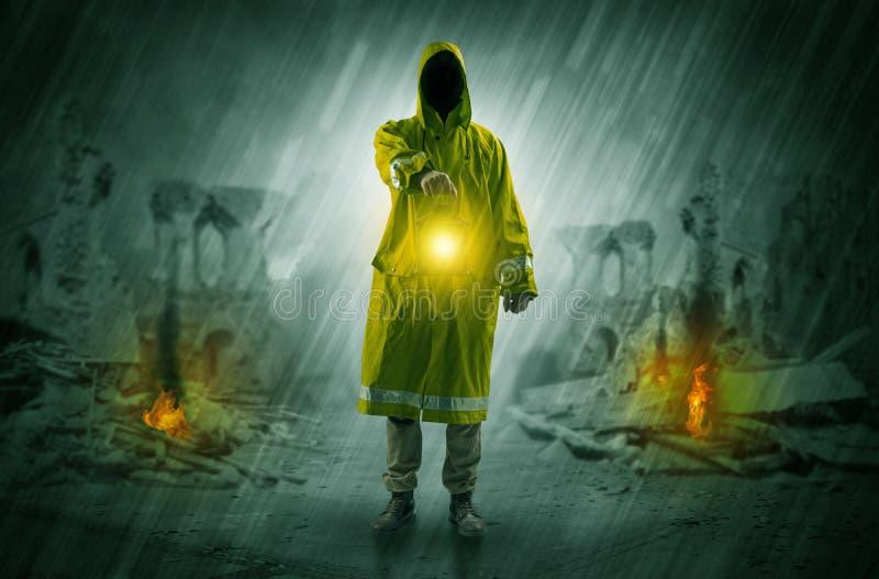 Hombre con una linterna que brilla intensamente en una escena de la catástrofe imágenes de archivo libres de regalías