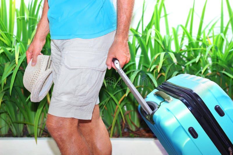 hombre con una maleta azul imágenes de archivo libres de regalías