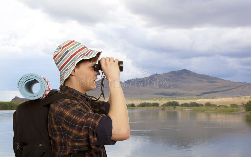 Hombre con una mochila del viaje imagen de archivo libre de regalías