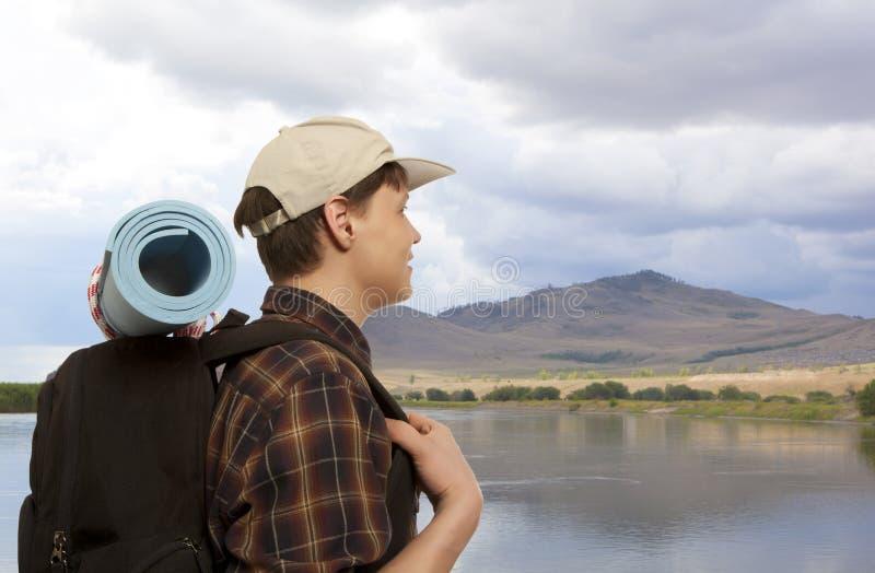 Hombre con una mochila del viaje fotos de archivo