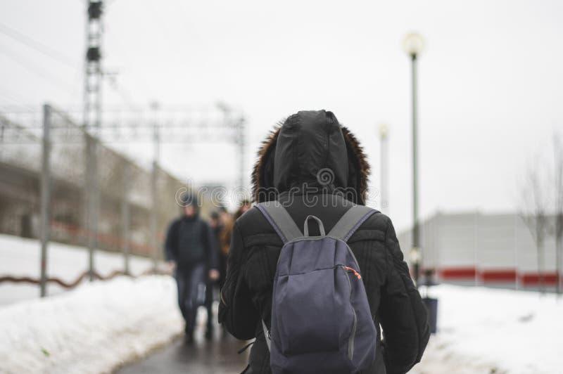 Hombre con una mochila que camina adelante fotos de archivo libres de regalías