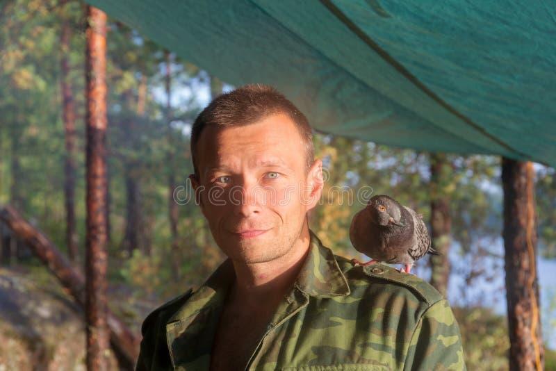Hombre con una paloma nacional foto de archivo libre de regalías