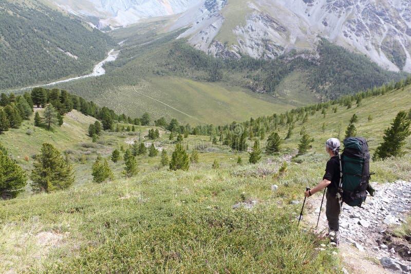 Hombre con una situación de la mochila en el paso Kara-Turek, Altai, Rusia foto de archivo
