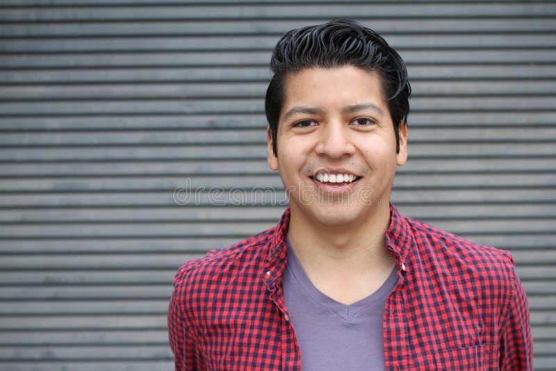 Hombre con una sonrisa blanca perfecta con el espacio de la copia imagen de archivo
