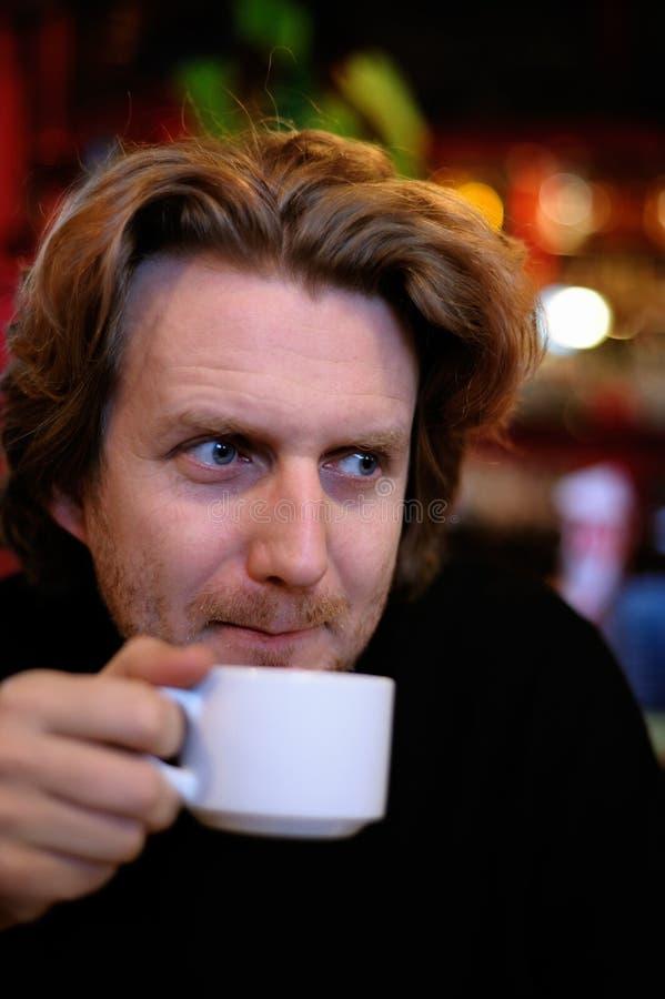 Hombre con una taza de café imágenes de archivo libres de regalías